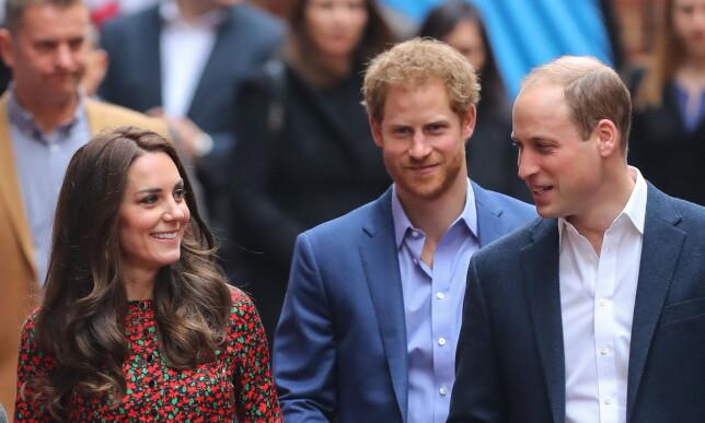 GOD STEMNING: Hertuginne Kate og prins William fikk selskap av prins Harry på arrangementet. Foto: NTB Scanpix
