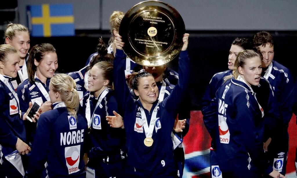 ÅRETS LAG? Håndballjentene tok EM-gull søndag. Nå er de nominert til Årets lag under Idrettsgallaen. Foto: Bjørn Langsem / DAGBLADET