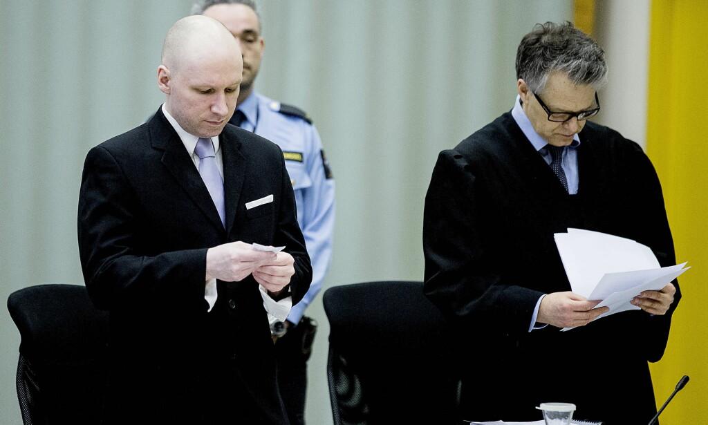 SAKSØKTE STATEN: Anders Behring Breivik har saksøkte Den norske stat  for soningsforhold som han mener strider mot menneskerettighetene. Her er Breivik og hans prosessfullmektige advokat Øystein Storrvik avbildet under første runde av rettssaken, som ble avholdt i gymsalen i Skien fengsel. Foto: Bjørn Langsem / Dagbladet