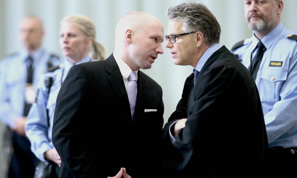 NY RUNDE: 10. januar møter Breivik i en ny runde mot staten over hans soningsforhold i Skien fengsel. Her sammen med hans prosessfullmektige advokat, Øystein Storrvik. Foto: Bjørn Langsem / Dagbladet