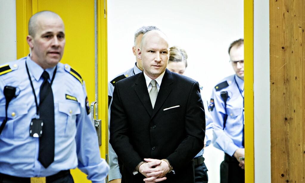 ANKOMMER GYMSALEN: Her ankommer Breivik gymsalen i Skien fengsel hvor Oslo tingrett behandlet hans søksmål mot staten. Foto: Nina Hansen / Dagbladet