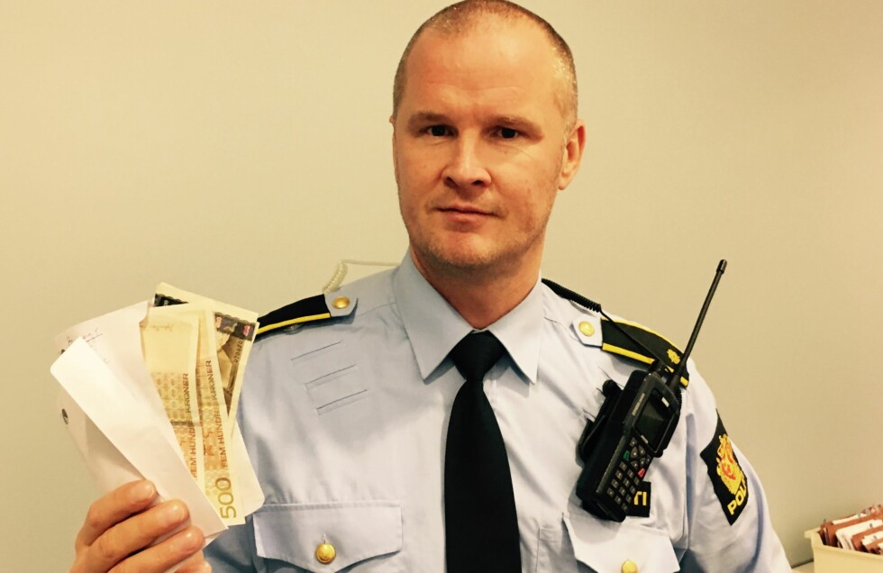 HVEM EIER JULEPENGENE ? Vaktleder Rune Valle på Arendal politistasjon venter på telefon fra uheldig julekunde hos KappAhl i Amfi Arena. Foto: Poliiet.