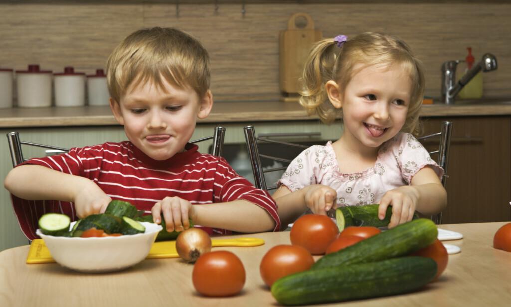 FÅ BARNA MED: Barn som er med på å lage mat, spiser gjerne opp det de lager.