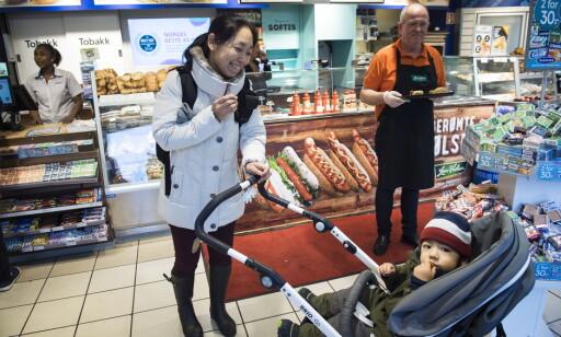 POSITIVE: Leon (2) og mamma Masayo Thorén vendte tommelen opp for veganpølser da de fikk testet dem i kiosken i høst. Foto: Lars Eivind Bones