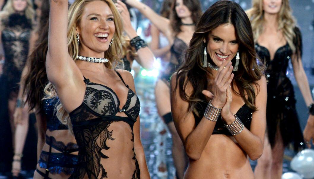 SLIK ER VI VANT TIL Å SE HENNE: Candice Swanepoel med Alessandra Ambrosio (t.h.) på undertøysshowet til Victoria's Secret i 2014. Foto: NTB Scanpix