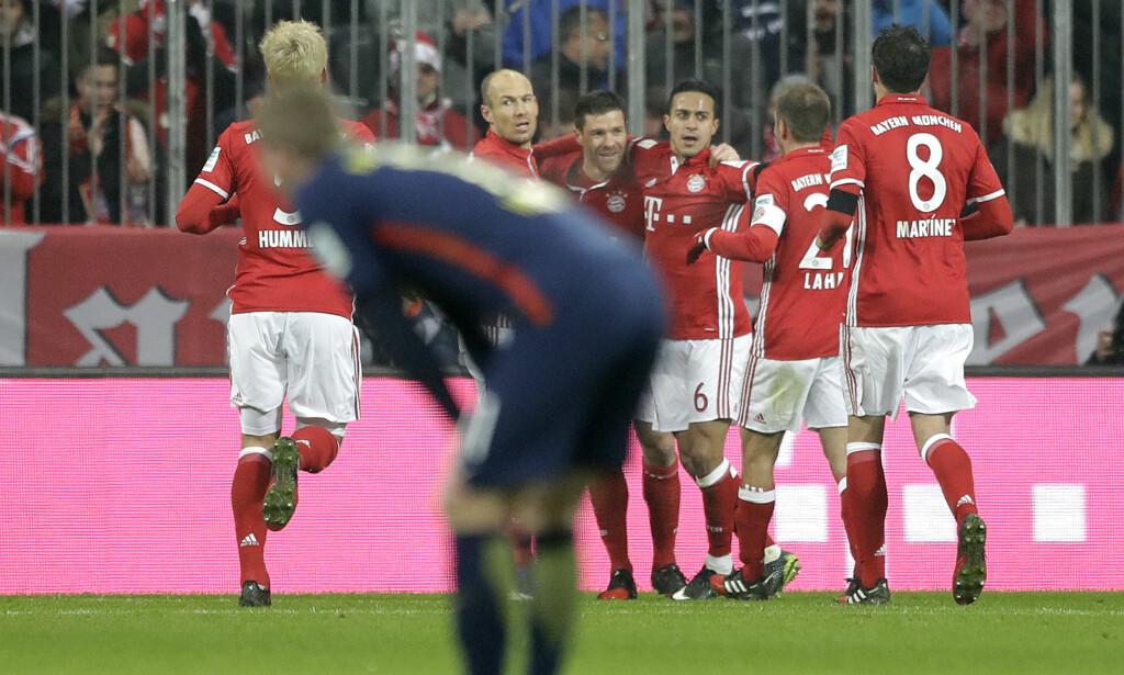 JUBEL: Xabi Alonso la på til 2-0 for hjemmelaget. I forgrunnen depper en RB Leipzig-spiller. Foto: NTB Scanpix