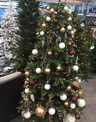 Denne varianten av 13 000 kronerstrærne solgte ut først. Kundene i Porsgrunn er mindre interesserte i tradisjonelt rød juletrepynt.