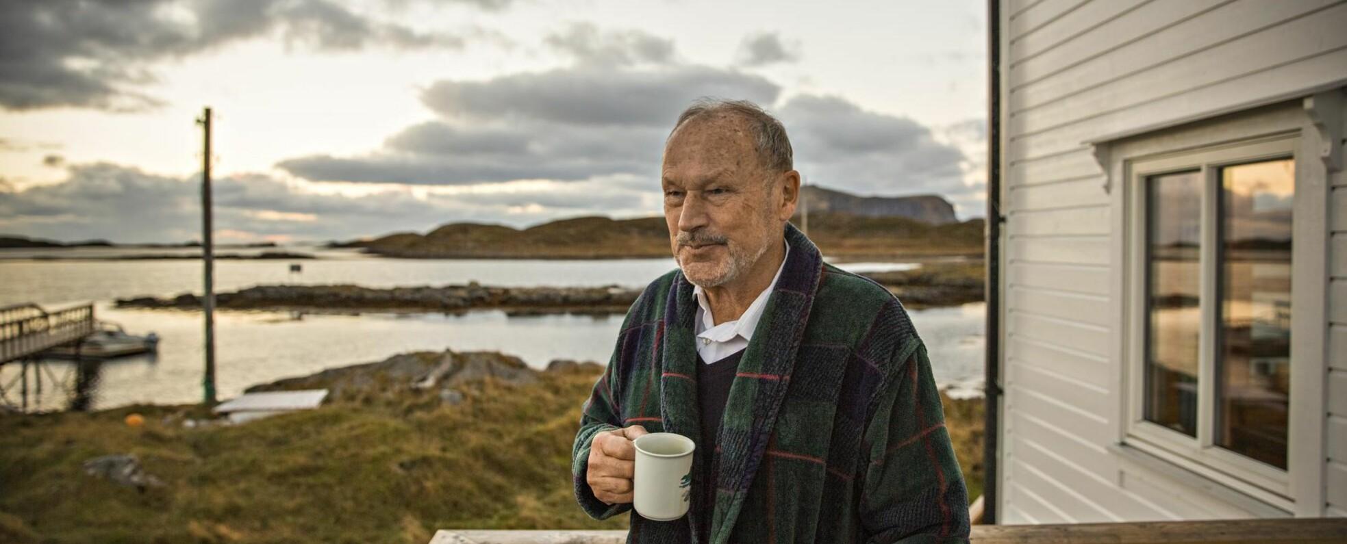 <strong>UTSYN:</strong> – Røst har vært et definerende sted for mitt menneskesyn, sier Per Fugelli ved et av sine favorittutsiktspunkt ytterst i Lofoten. Foto: JØRN H. MOEN