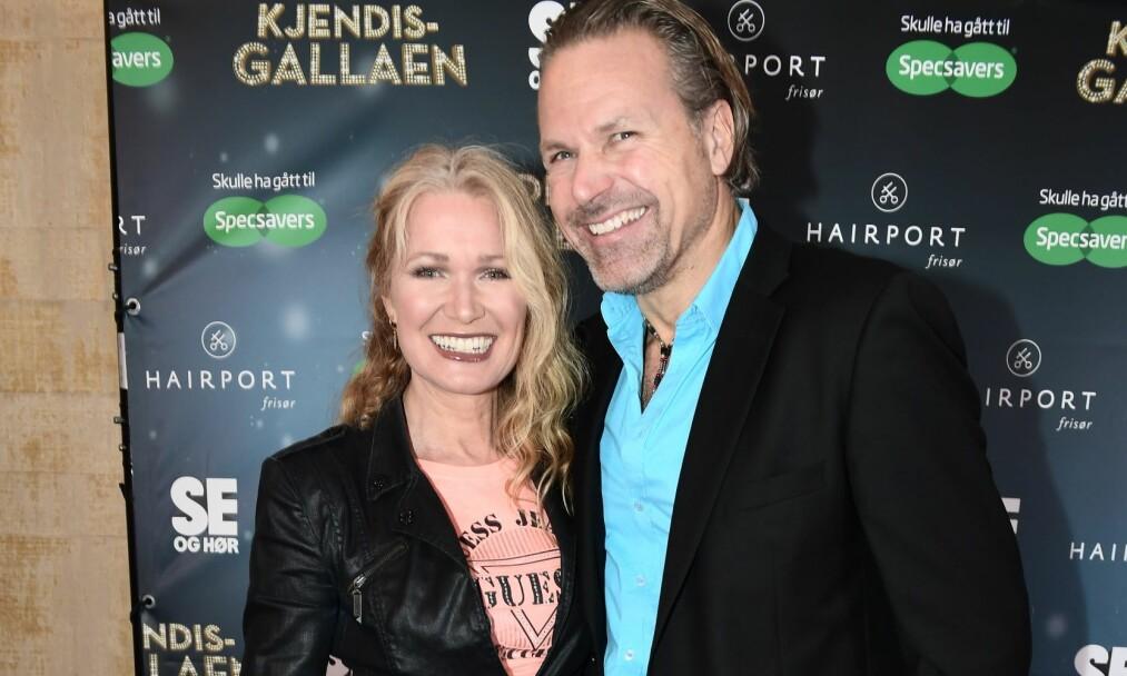 LYKKEN SMILER: Benedicte Adrian og  Jann Finsveen ankommer Kjendisgallaen 2016 som arrangeres av Se og Hør. Foto: Jon Olav Nesvold / NTB scanpix