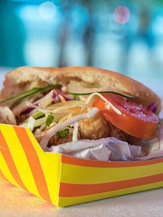 GLEFSENDE GODT: Fiskesandwichen «Bake and Shark» er Trinidads kulinariske kjendis, og mange mener det er verdens beste fiskesandwich. Foto: Mari Bareksten