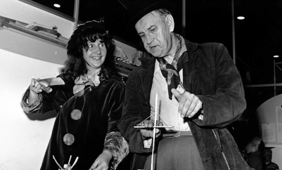 Venner: Anne Cath Vestly og Alf Prøysen var gode venner, både av og på scenen. Her er de to avbildet sammen på et besøk til snekkerverkstedet under «10 dager for barn» på Sjølystsenteret i 1969. Foto: Henrik Laurvik / NTB / Scanpix