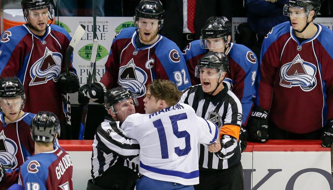 <strong>FIKK JULING:</strong> Avalanche, her med hjelmer, fikk bank av Toronto Maple Leafs og Matt Martin (uten hjelm) i natt. <br>Foto: Isaiah J. Downing/USA TODAY/ NTB Scanpix