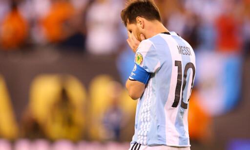 JUNI 2016: Messi fortviler etter å ha tapt på straffer mot Chile. Foto: AFP PHOTO / GETTY IMAGES NORTH AMERICA / Mike STOBE