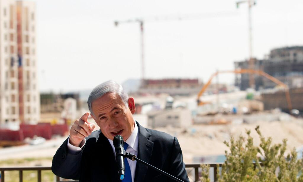 PÅ OMSTRIDT LAND: Benjamin Netanyahu holder en tale foran en ny bosetting som israelerne kaller Har Homa, men som palestinerne kaller Jabal Abu Ghneim, på Vestbredden. Foto: Ronen Zvulun / Reuters / NTB Scanpix
