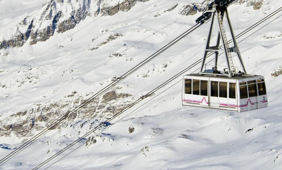 UVÆR: Over 100 skiturister ble sittende fast i en rekke gondoler, da et kraftig uvær førte til full stans i heisanlegget i Cervinia. Bildet er fra 2012. Foto: Jim Harding / AGE / NTB Scanpix