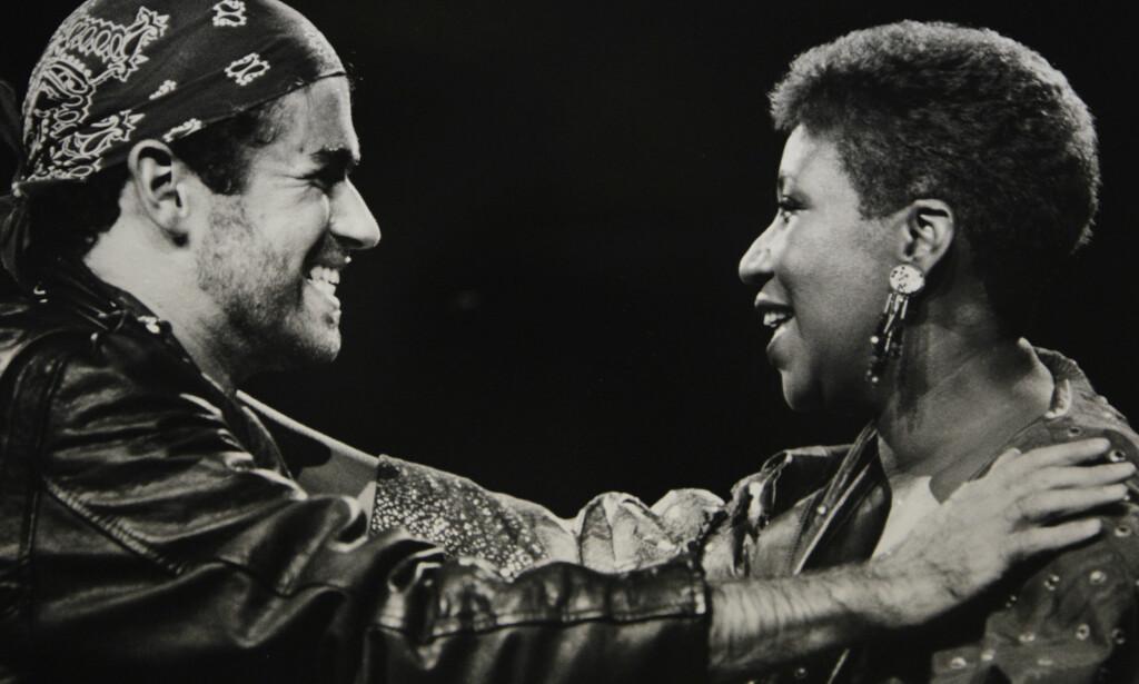 GEORGE OG ARETHA: Michael på scenen med Aretha Franklin i 1988. Foto: AP./Rob Kozloff