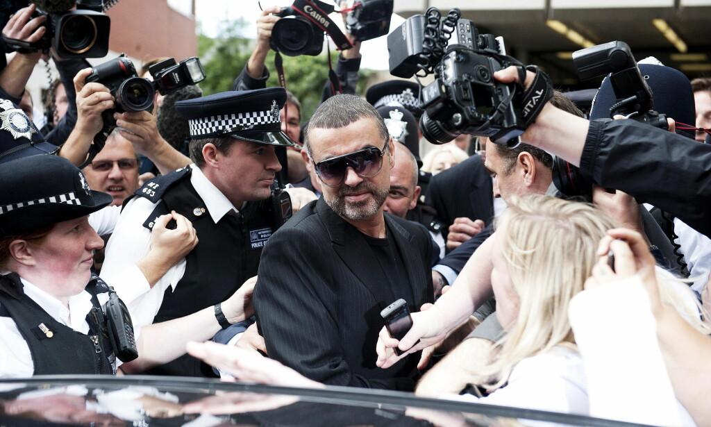 PÅ VEI UT AV RETTEN: Her forlater George Michael retten i London, tiltalt for å ha kjørt bil påvirket av cannabis i 2010. Foto: WENN