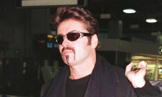 """STØTTET AIDS-ARBEID: i 1998, kort tid etter han ble arrestert for """"usømmelig oppførsel"""" med en mann, var George Michael i Los Angeles for å dele ut gratis måltider til mennesker med AIDS. Foto: EPA/DAVE DYSON"""