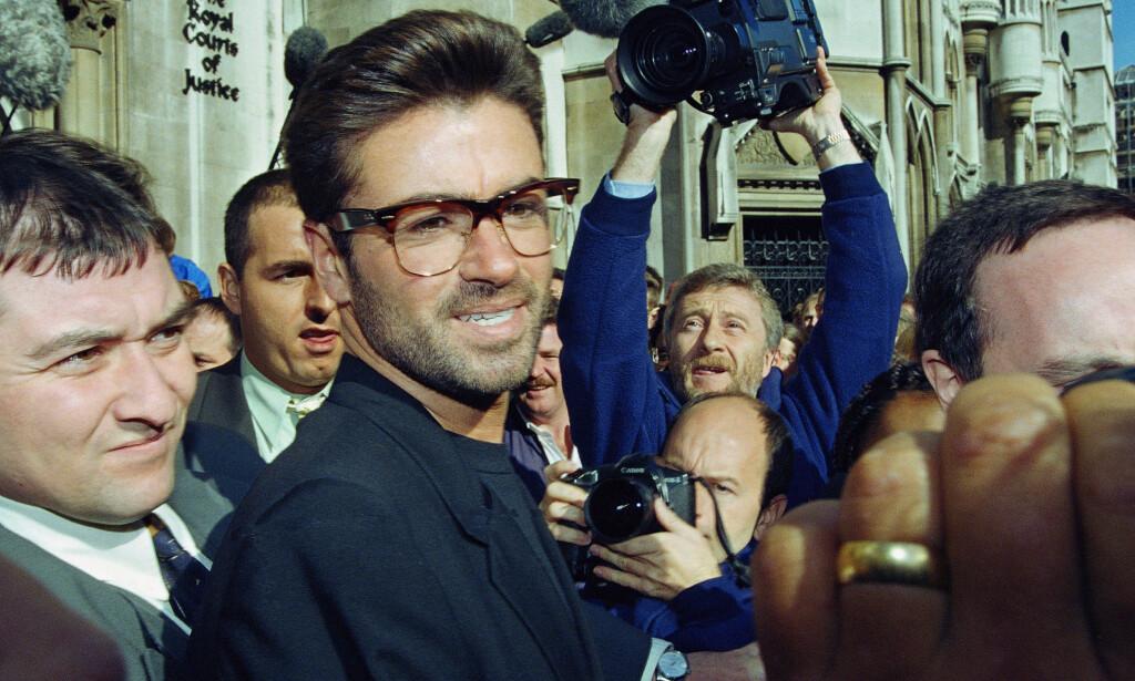 ET LANGT LIV I RAMPELYSET: I 1993 var Michael i rettslig tvist med plateselskapet Sony. Her forlater han retten. Foto: AP/Alistair Grant