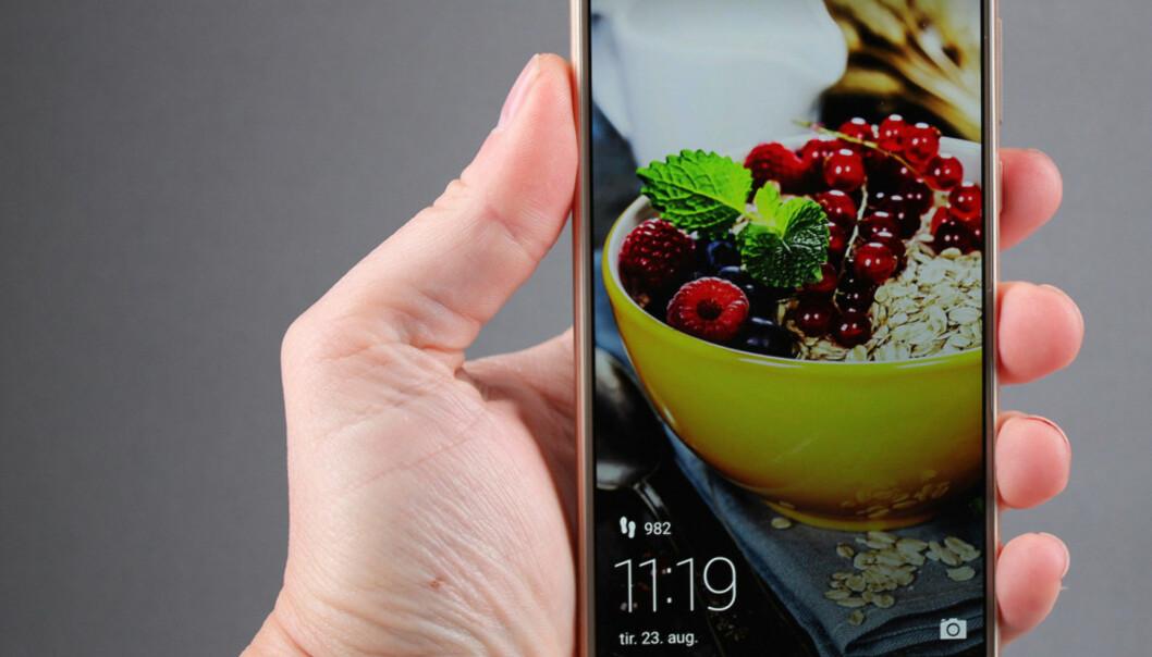 <strong>TERNINGKAST 6:</strong> Honor 8 er en av flere kinesiske mobiler som ble kronet med en sekser på terningen i Dinside i 2016. Foto: Pål Joakim Pollen