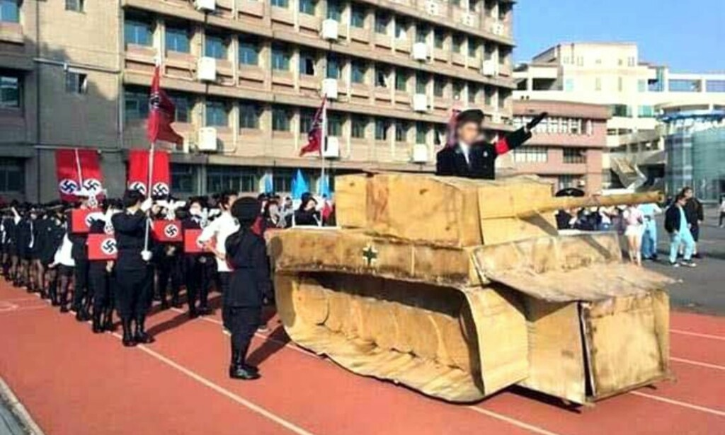 HAKEKORS OG PAPPTANKS: Dette bildet av elever ved Kuang Fu High School i Taiwan gikk viralt på internett. Da fikk det konsekvenser for skolens rektor og for det videre utdanningsopplegget. Foto: EPA / NTB Scanpix