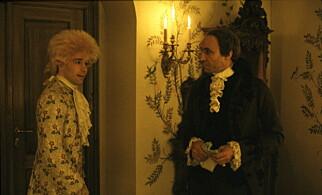 KONFLIKT: I filmen «Amadeus» spiller Tom Hucle Wolfgang Amadeus Mozart og F. Murray Abraham Antonio Salieri. Filmen er regissert av Milos Forman. De to komponistene hadde et kjølig forhold i virkeligheten noe som ble sterkt overdrevet på lærretet og scenen. Foto: Scanpix