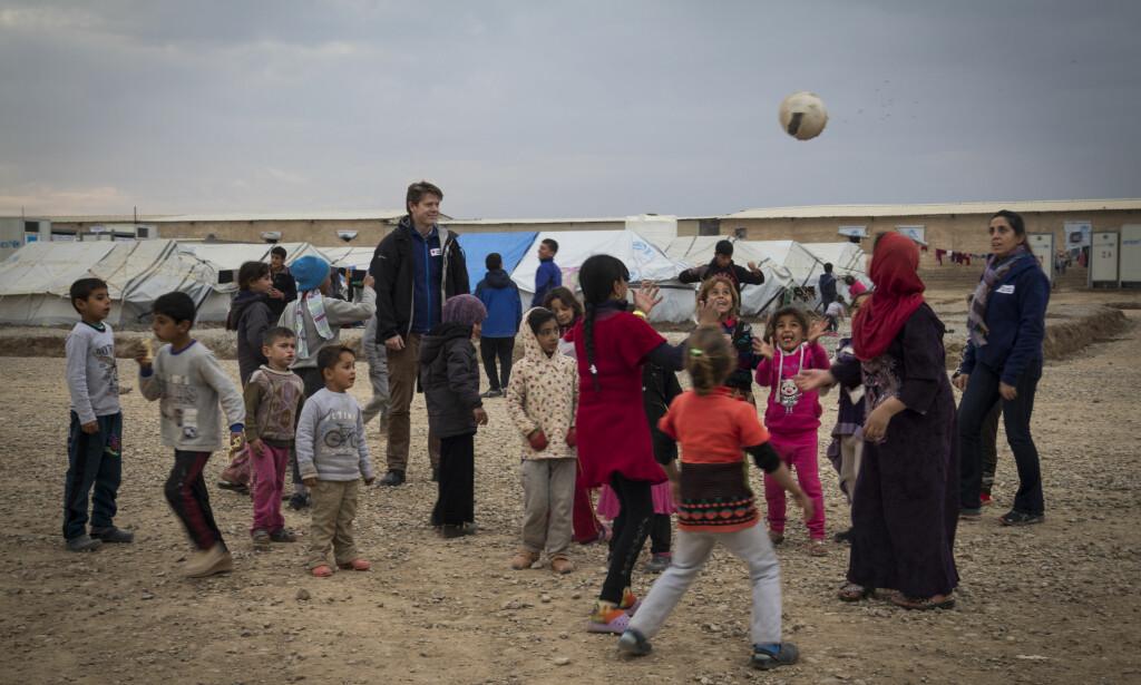 FLYKTNINGLEIR: Røde Kors' generalsekretær Bernt Apeland i Hasansham leir cirka 30 km utenfor Mosul. Foto: Røde Kors.
