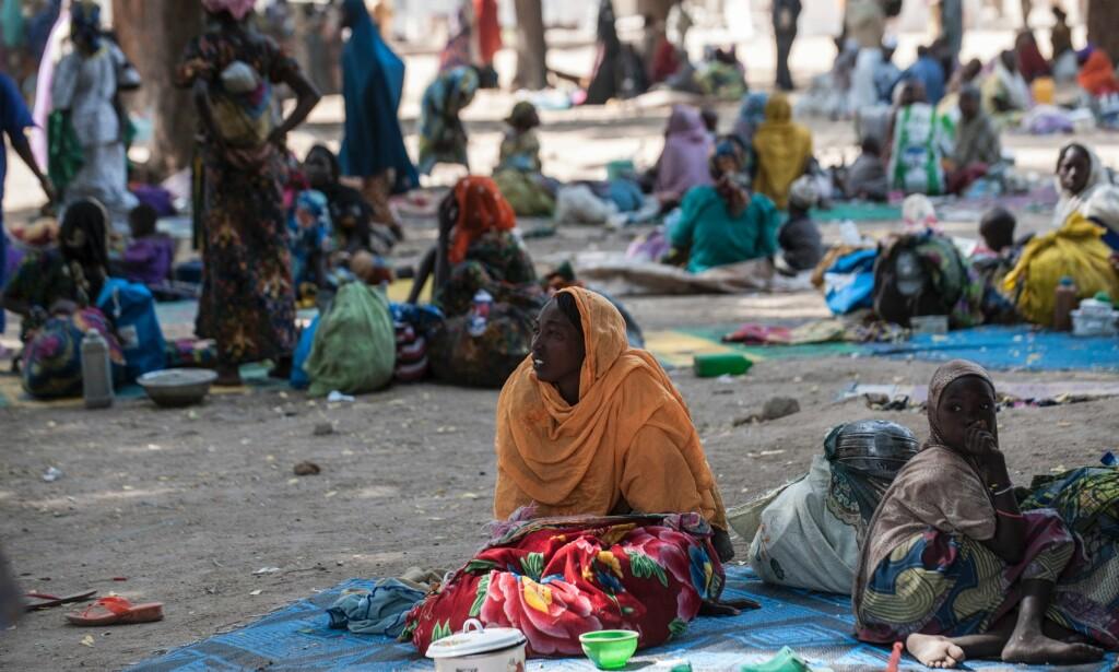 MISTET LEVEBRØDET: En gruppe mennesker venter på å bli integrert i en flyktningleir for internt fordrevne etter at byen Bama nordøst i Nigeria ble rasert av Boko Haram i desember i år. Foto: AFP / NTB Scanpix.