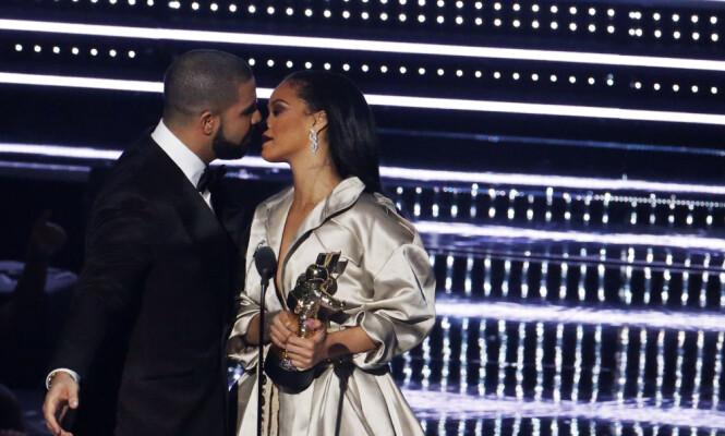 <strong>SKAPTE STORM:</strong> Da Drake overrakk Rihanna prisen «Michael Jackson Video Vanguard Award» på MTV Video Music Awards i New York i august 2016, blusset romanseryktene opp igjen. Foto: Lucas Jackson/ Reuters/ NTB scanpix