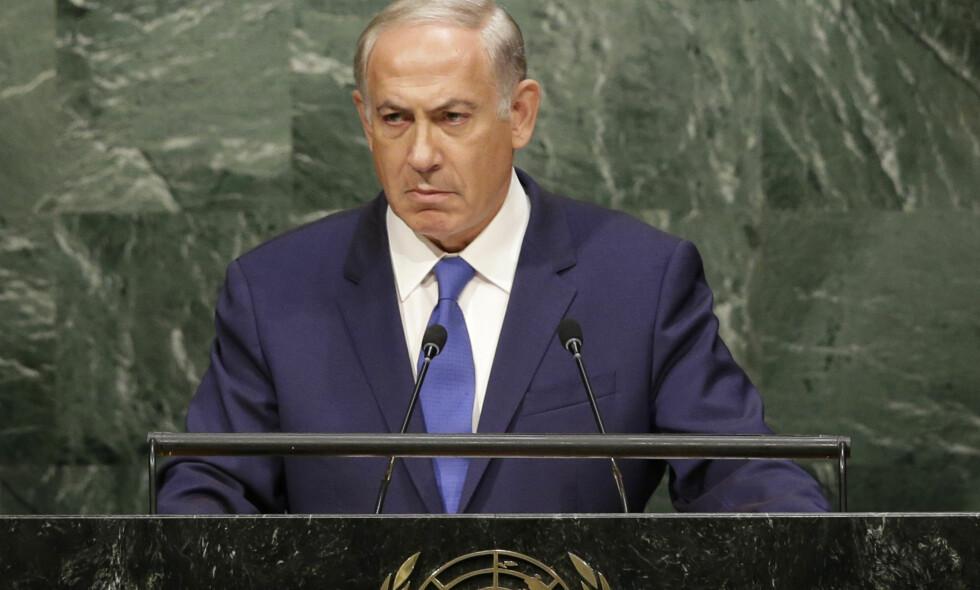 FÅR KJEFT: Israels statsminister Benjamin Netanyahu har siden FN-resolusjon 2334 ble vedtatt lille julaften vært en travel mann: Han har kjeftet på alle de 14 landene som stemte for resolusjonen, han har skjelt ut USA, president Obama og FN. Men nå høster han kjeft fra sine egne. Bildet er fra FNs talerstol. Foto: Seth Wenig / Ap / Scanpix
