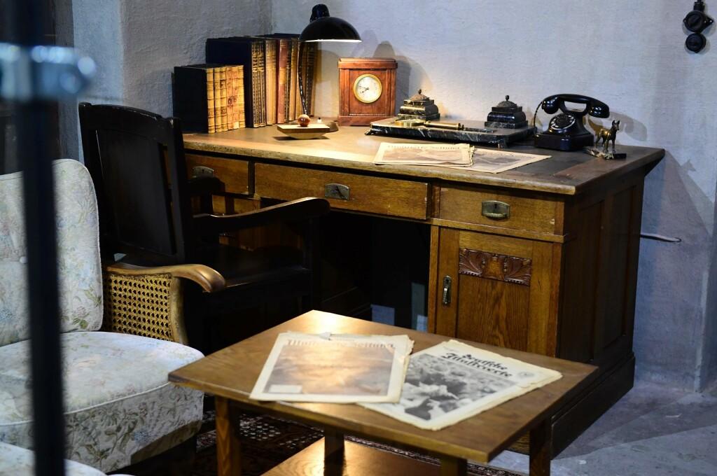 HITLERS KONTOR: Slik er Adolf Hitlers kontor gjenskapt i bunkeren som skal være en kopi av diktatoirens gjemmested i Berlin på slutten av andre verdenskrig. Foto: AFP PHOTO / NTB Scanpix
