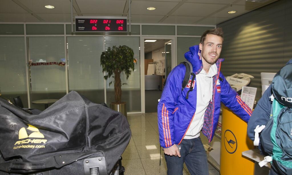 UTEN SKI: Andreas Stjernen sto uten hoppski da landslaget landet i München, onsdag. Foto: Terje Bendiksby / NTB scanpix