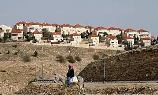 OMSTRIDT LAND: En palestinsk mann rir på et esel like ved den ulovlige bosettingen Maale Adumim, like utenfor Jerusalem. Foto: Baz Ratner / Reuters / NTB Scanpix
