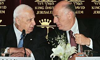 ERFAREN RÅDGIVER: Avdøde statsminister og hauk Ariel Sharon sammen med sin rådgiver og stabssjef Dov Weisglass i 2005. Nå går Weisglass hardt ut mot Netanyahu. Foto: Kevin Frayer / AP / NTB Scanpix
