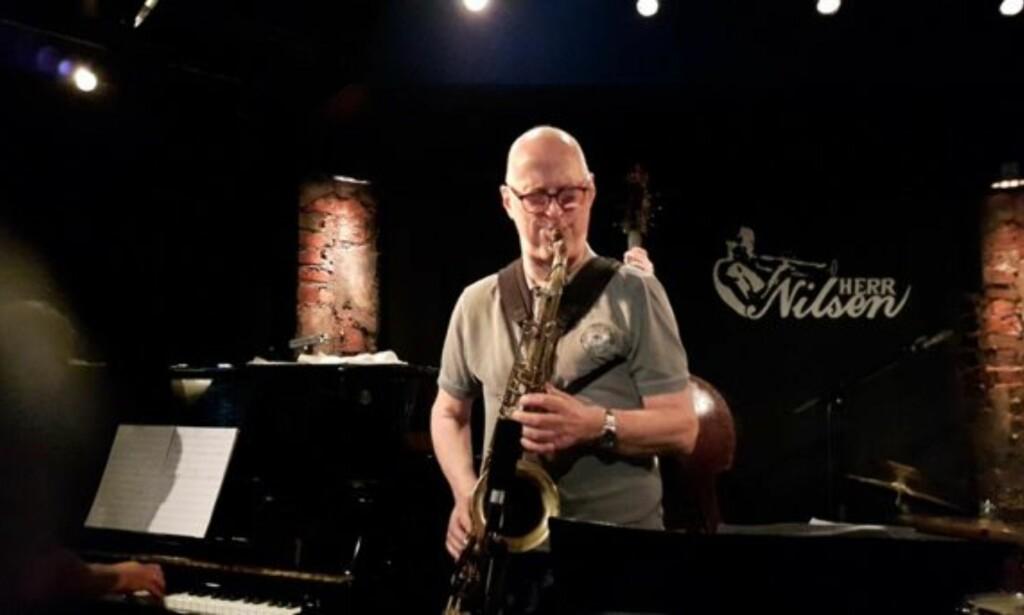 KNUT RIISNÆS på Herr Nilsen i Oslo, et utested som er blitt en sentral scene for norske jazzmusikere. Foto: Losen Records