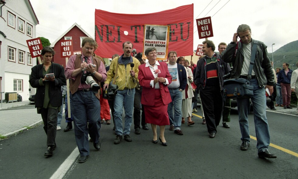 I NEI-LAND: Ja-dronning Gro Harlem Brundtland ble fotfulgt av plakatbærere mot EU da hun som statsminister besøkte Måløy i Sogn og Fjordane før EU-avstemninga i 1994. Foto: Ingar Johansen / Aftenposten / NTB Scanpix