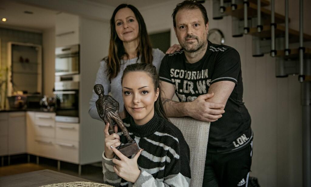 LÆRDAL: Familien har vært en viktig støtte for Andrea. Her er hun sammen med mamma Wenche Voll og pappa Geir Voldum. Foto: Jørn H Moen / Dagbladet