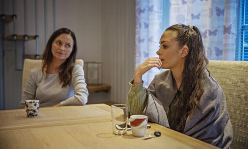 FORBILDE: Mange sender meldinger til Andrea Voll Voldum for å spørre om de også skal stå fram som voldtektsoffer: - Jeg veileder de aldri. De får kjenne på det selv, men for meg var det riktig. Her er hun sammen med mamma Wenche Voll hjemme i Lærdal. Foto: Jørn H Moen / Dagbladet