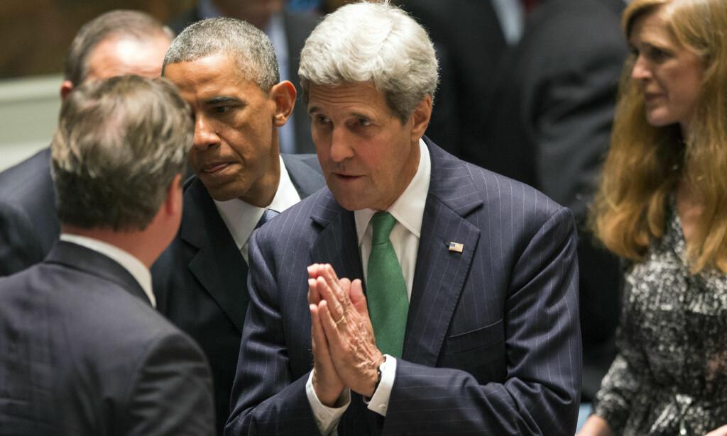 TRAVEL MANN. USAs utenriksminister John Kerry (midten) er en travel mann, og er den ministeren som har reist mest i USAs historie. Nå har han drøye tre uker igjen. - De blir travle, sier en medarbeider. Her er han med sjefen, Barack Obama i et FN-møte i september. Foto: Adrees Latif / Reuters / Scanpix