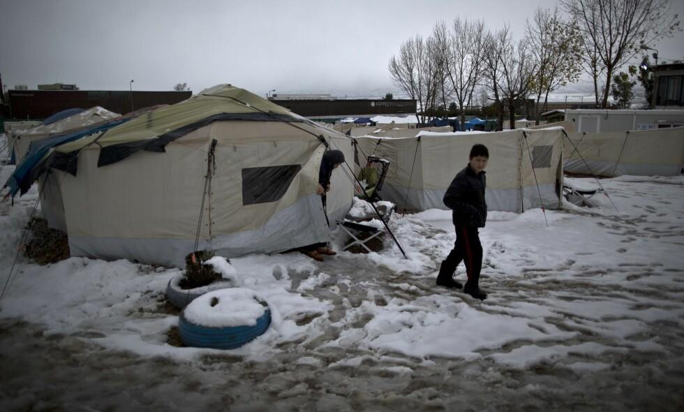 """SNØ I HELLAS: Slik så verden ut for en afghansk flyktning i en leir seks mil utenfor Aten i Hellas i forrige uke. Om lag 60 000 flyktninger og migranter er strandet i Hellas etter at de baltiske statene stengte grensene og EU ble enig med Tyrkia om en avtale. Foto: Muhammed Muheisen  <span style=""""background-color: initial;"""">/ AP / NTB Scanpix&nbsp;</span>"""