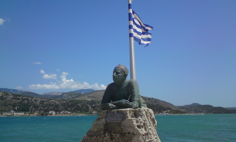 MONUMENT: Denne statuen over Nikos Kavvadias står på øya Kefalonia i Det joniske hav. Foto: Wikipedia