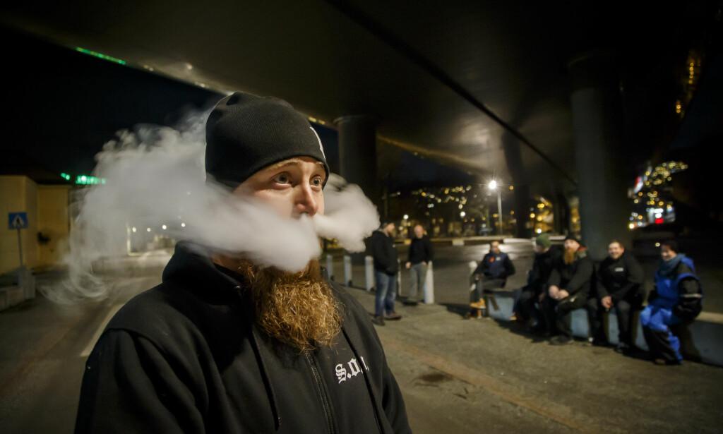 TILTALT: Steffen Larsen, som her blåser ut røyken fra sin nikotinoljepipe under en bro i Drammen, er nå tiltalt for vold. Foto: Heiko Junge / NTB scanpix