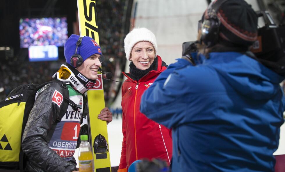 GOD TONE: Daniel-André Tande og Karen-Marie Ellefsen slo av en hyggelig prat på sletta i Oberstdorf. Foto: Terje Bendiksby / NTB Scanpix