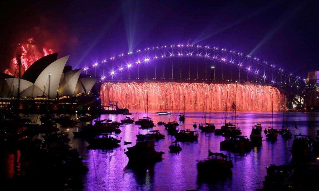 SHOW: Over 1 million mennesker møtte opp i havna i Sydney for å få med seg fyrverkeriet. Dette bildet ble tatt under tonene til Prince-låta «Purple rain». Foto: Reuters / NTB Scanpix