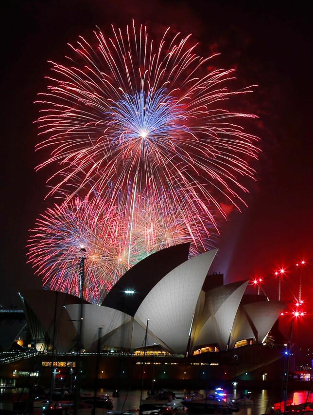 FYRVERKERI: Fargerikt over operaen i Sydney. Foto: Reuters / NTB Scanpix