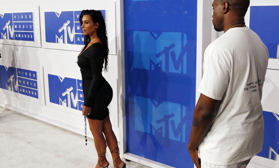 IKKE OVERLATT TIL TILFELDIGHETENE: Kim Kardashian West ble sminket på hele kroppen da hun skulle på VMA-utdelingen. Legger, lår og undersiden av rumpa ble møysommelig tatt hånd om av hennes trofaste makeup-artist. Foto: REUTERS/Lucas Jackson, NTB scanpix