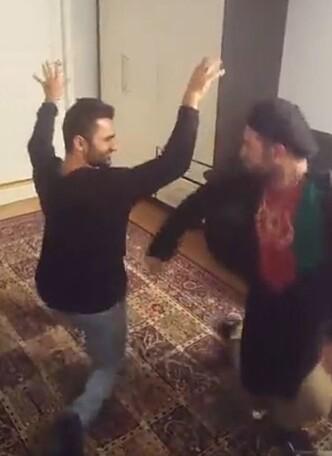 STRØMMET FEIRING: Her tar Zabiullah Faiz seiersdansen sammen med venner i Kristiansand. Feiringen ble strømmet live på Facebook. Foto: Privat