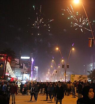IRAK: Også i Irak feires nyttårsaften. Her fra al-Mansour-plassen i hovedstaden Baghdad Foto: AFP PHOTO / SABAH ARAR