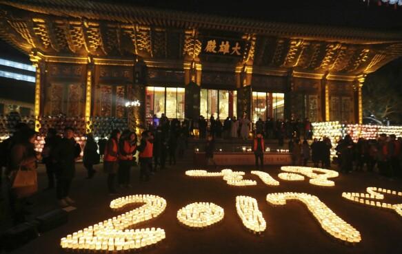 KOREA: Ved buddhisttempelet Jogye i Seul markerer de det nye året med en lysseremoni. Foto: AP Photo/Ahn Young-joon