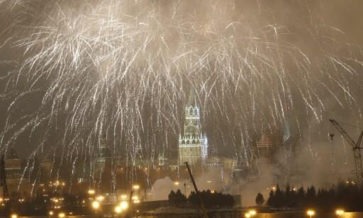 MOSKVA: Fyrverkeri lyser opp himmelen over Kremlin. Russland gikk inn i det nye året to timer før Norge. Foto: EPA/SERGEI CHIRIKOV